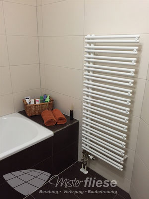 Fliesenverlegung in einem Bad mit einer Badewannenablage