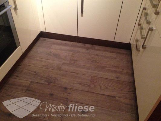 Fliesenverlegung in eienr Küche mit Fliesen in Holzoptik