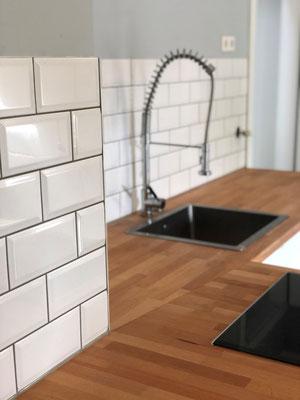 Küchenfliesenspiegel im weißen Metrogedesign