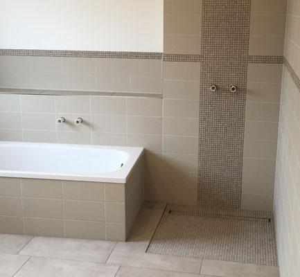 Barrierefreie Badsanierung / Barrierefreies Fliesen mit bodengleicher Dusche und Ablaufrinne im hinteren Duschbereich