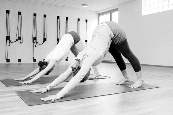 Yoga Praxis, Übende in Adho Mukha Svanasana, im nach unten schauenden Hund