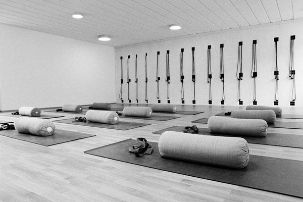 Übungsraum, Yogaschule Iyengar Yoga bewegt, Seilwand, Matten mit Hilfsmittel