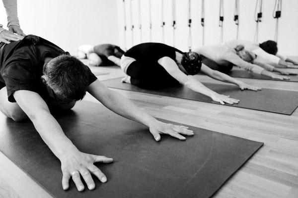 Praxis von Asana, Übende in Adho Mukha Virasana, der Kind Stellung