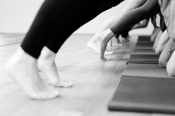 Praxis von Asana, Sirsasana, Übende in Vorbereitung auf Kopfstand, Einlaufen