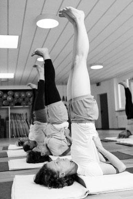 Praxis von Asana, Salamba Sarvangasana, Übende im Schulterstand