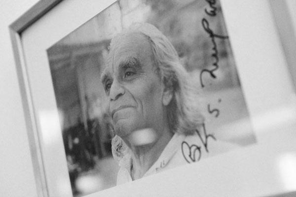 Bild von B.K.S Iyengar über dem Altar von Iyengar Yoga bewegt