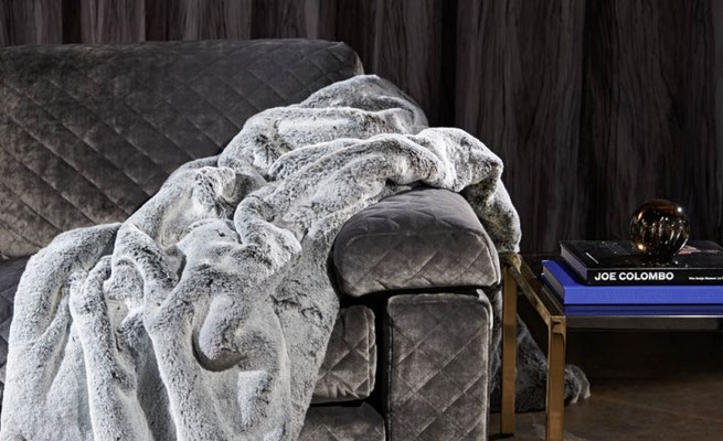 tessuti e pelliccia per arredamento di interni di montagna dai riflessi naturali e lucenti