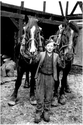 Bild Hermann Linhoff: Altenilpe 1943,  der junge Josef Bator aus Polen auf Linhoffs Hof