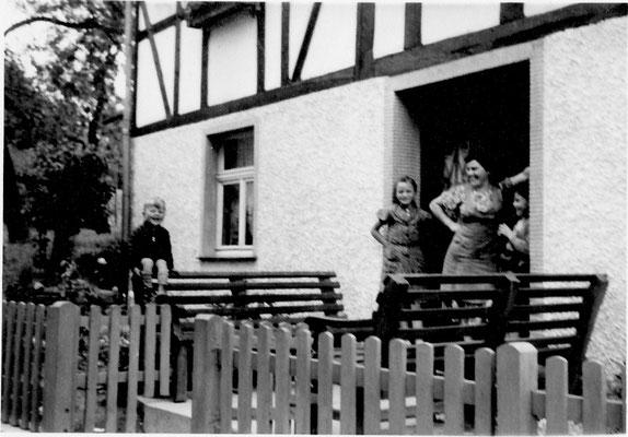 Bild Thorsten Conze: Altenilpe 50er Jahre, Familie Conze vor der Haustür
