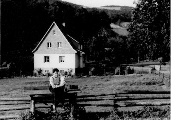 """Bild Thorsten Conze:  Altenilpe August 61,  Blick auf Haus Stockhausen, im Vordergrund """"Milchbock"""" für Milchkannen"""