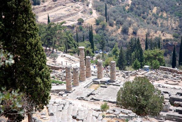[NU901-2008-0175] GR - Delphes - Temple d'Apollon : Vue plongeante (gradins supérieurs Est du théâtre, angle Sud-Est du temple)