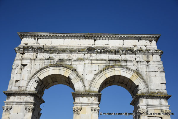 [NU910-2020-2069] Saintes (Mediolanum Santonum) : Vue partielle de l'arc votif (face Est)