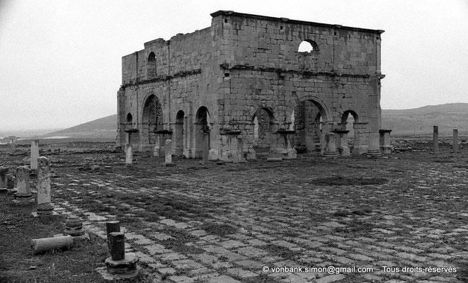 [NB043-1978-18] Lambèse (Lambaesis) : Le Praetorium (Groma) - Façades Ouest et Sud - Vue partielle du Forum