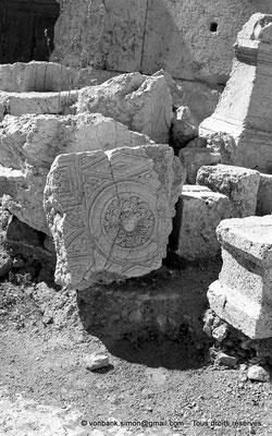 [NB071-1973-05] Baalbek : Temple de Bacchus - Plafond à caissons au sol (détail)