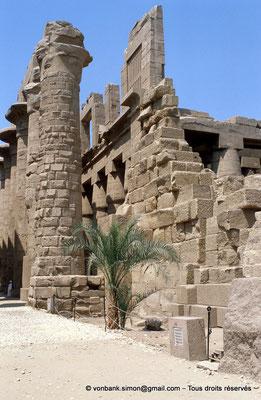 [068-1981-20] Karnak - Salle hypostyle : Dernières colonnes de l'allée principale  et claustra du bas-côté Nord (vues depuis le pylône III)