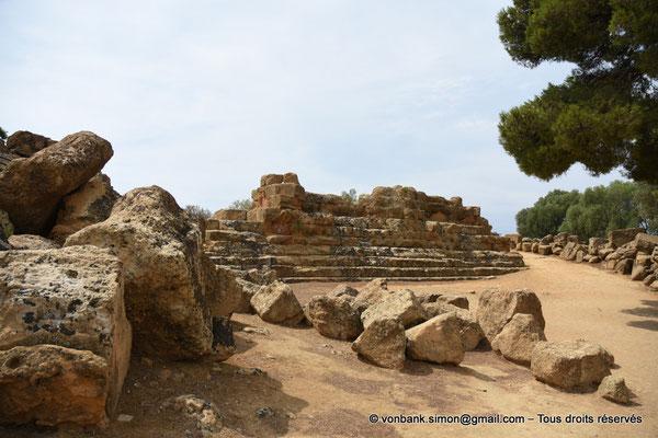 [NU906-2019-1589] Agrigente - Temple de Zeus Olympien : Ruines situées à l'Est du temple (soubassement à cinq gradins)