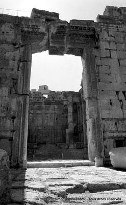 [NB071-1973-08] Baalbek : Temple de Bacchus - Porte d'entrée du pronaos