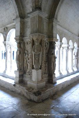 [NU001i-2018-0072] 13 - Arles - Saint-Trophime - Cloître : Pilier de l'angle Nord-Est - Saint André, Saint Étienne et Saint Paul