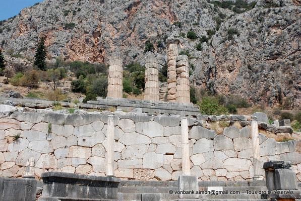 [NU901-2008-0151] GR - Delphes - Sanctuaire d'Apollon : Devant le mur polygonal de soutènement du temple, Portique des Athéniens dont il ne reste que 3 colonnes ioniques