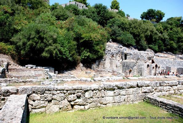 [NU902-2010-083] Butrint (Buthrotum) : Agora (Prytaneum (lieu des réunions de l'autorité de la ville), Sanctuaire d'Asclépios, Théâtre)