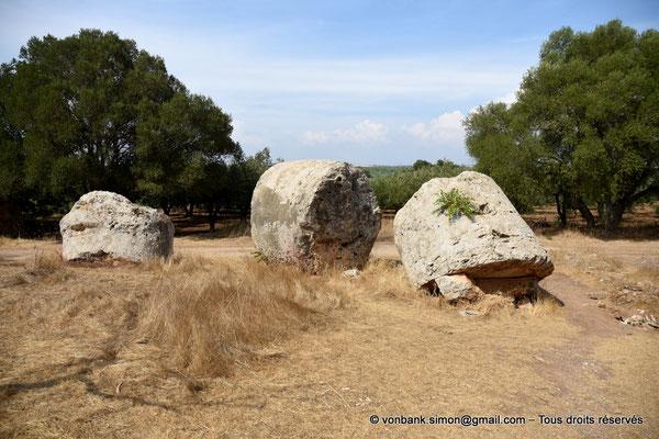 [NU906-2019-1528] Cave di Cusa : Trois tambours de colonne en attente de transport