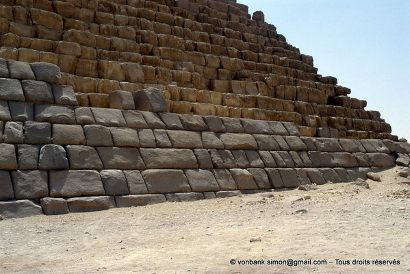 [067-1981-34] Gizeh - Mykérinos : Le parement des premières assises est en granite rouge d'Assouan