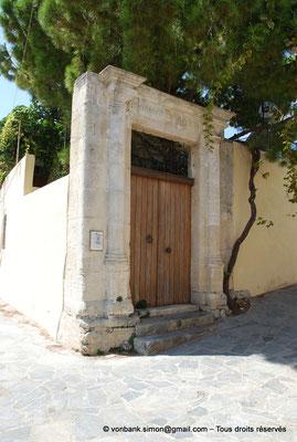[NU900x-2013-0212] Crète - Argyroupoli : Encadrement de porte constitué de pierres romaines réemployées à l'époque vénitienne