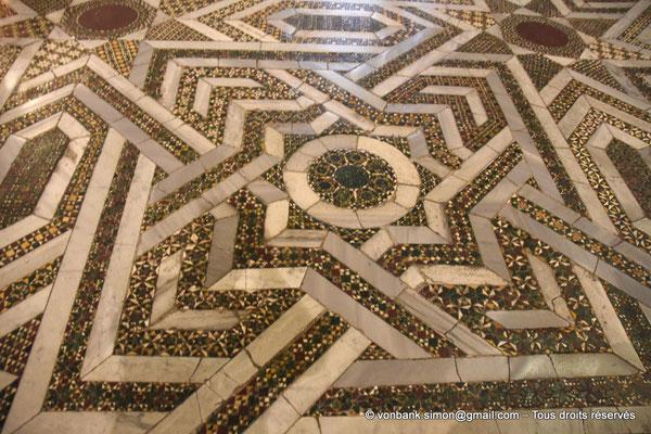 [NU906-2019-1709] Santa Maria Nuova (Monreale) :  Sol couvert de mosaïques de marbre, porphyre et granit