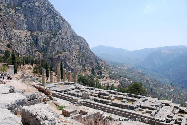 [NU901-2008-0167] GR - Delphes - Temple d'Apollon : Haut du pilier de Prusias de Bithynie et Autel puis la base du temple (Colonnes de l'angle Sud-Est, Pronaos, Naos, Opisthodome) - sur la gauche, le mont Parnasse