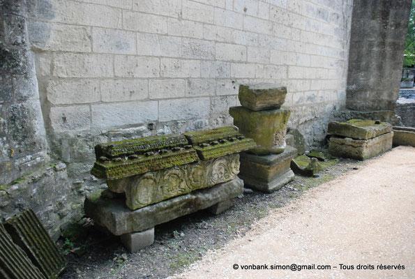 [NU001i-2018-0017] Arles - Les Alyscamps : Eglise Saint-Honorat - Exposition lapidaire