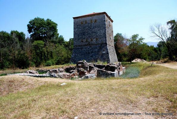 [NU902-2010-073] Butrint (Buthrotum) : Derrière les ruines de petits thermes, percée de fines meurtrières, la tour vénitienne (début du XVI° siècle)