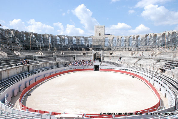 [NU001k-2018-0012] Arles (Arelate) - Amphithéâtre : L'arène - Vue d'ensemble vers le Nord