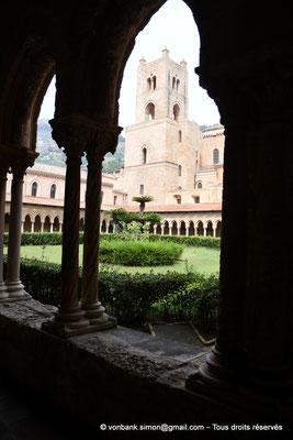 [NU906-2019-1661] Cloître des Bénédictins (Monreale) : Tour Sud de la façade occidentale de la Cathédrale Santa Maria Nuova (vue prise depuis l'angle Sud-Est)