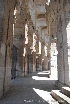 [NU001k-2018-0002] Arles (Arelate) - Amphithéâtre : Vue sur la galerie extérieure du rez-de-chaussée ainsi que sur le promenoir supérieur sans ses dalles de sol