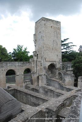 [NU001i-2018-0044] Arles (Arelate) - Théâtre : Tour de Roland, seul vestige des trois niveaux d'élévation de la façade extérieure du théâtre