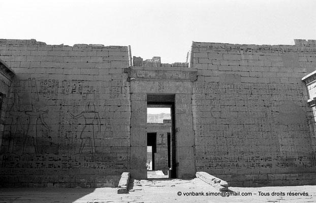 [NB086-1981-55] Medinet Habou : Second pylône (vue depuis la première cour du temple de Ramsès III)