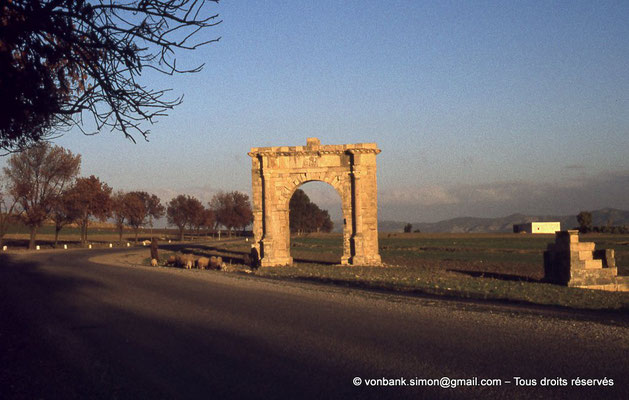 [017-1978-25] El Krib (Musti) : Arc dit de Gordien III - Sur la droite, ruines du mausolée des Julii