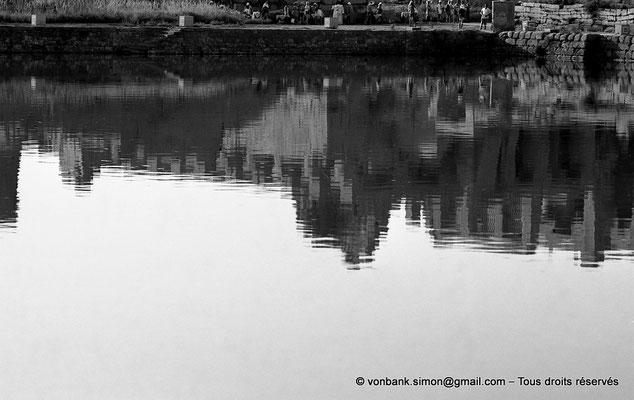 [NB074-1973-36] Karnak - Lac sacré : Reflet de la salle hypostyle dans les eaux du lac sacré