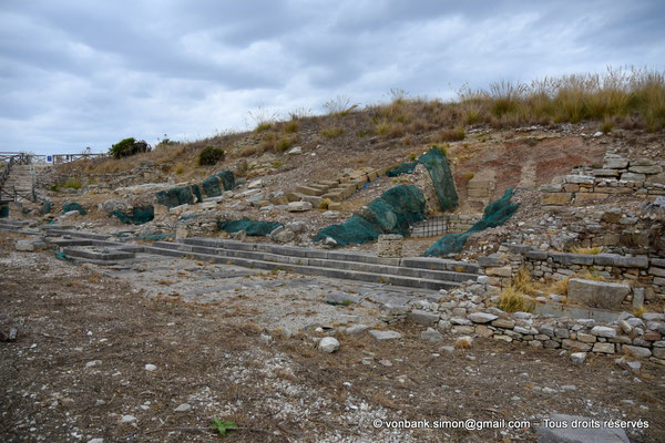 [NU906-2019-1368] Ségeste - Agora : Vue partielle des ruines du portique monumental Nord