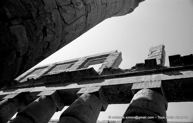 [NB075-1973-24] Karnak - Salle hypostyle : Colonnes à chapiteaux papyriformes fermés supportant la claustra