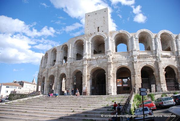 [NU002b-2016-0244] Arles (Arelate) - Amphithéâtre : Tour Nord et escalier du perron de l'entrée située sur la façade Nord