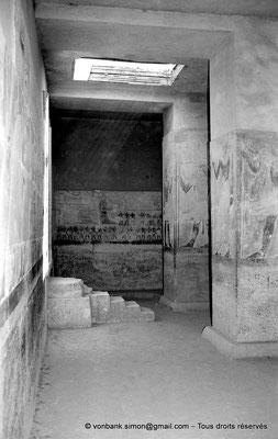 [NB085-1981-21] Saqqara - Mastaba de Mererouka : Détail bas-reliefs peints (Chambre A13, mur Est) - Sur la gauche, marches d'accès à la niche de la statue de Mererouka (mur Nord)