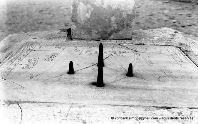 [NB015-1981-11] Kairouan : Mosquée Oqba Ibn Nafi - Cadran solaire et ses quatre gnomons