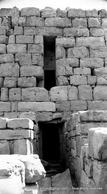 [NB056-1978-66] Timgad (Thamugadi) : Intérieur du fort - Accès intérieur à la tour centrale (Est)