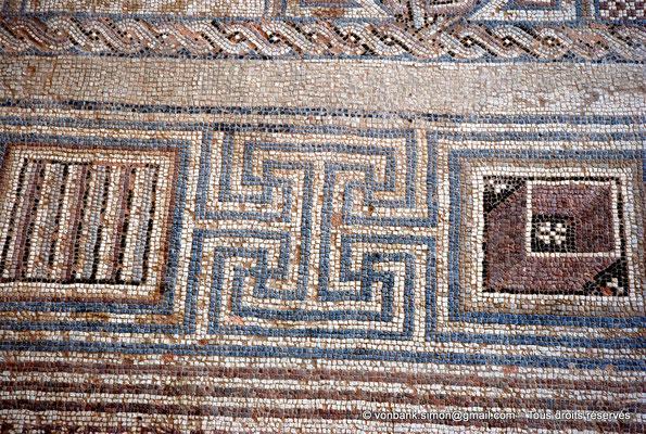 [NU900-2012-009] Kourion (Curium) : Maison d'Eustolios - Détail de la frise du grand panneau de mosaïques au sol représentant des symboles chrétiens