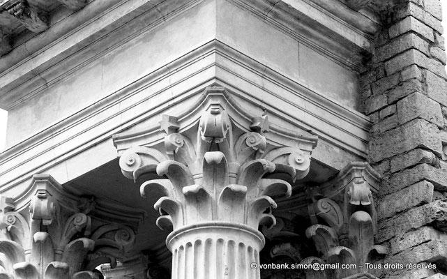 [NB048-1978-07] Guelma (Calama) : Théâtre - Détail de deux chapiteaux du mur de scène