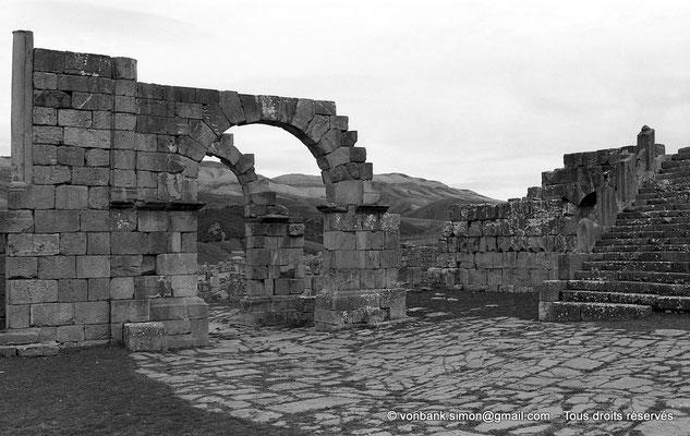 [NB033-1978-35] Djemila (Cuicul) : Arc de l'Est - A droite, départ de l'escalier du Temple Septimien