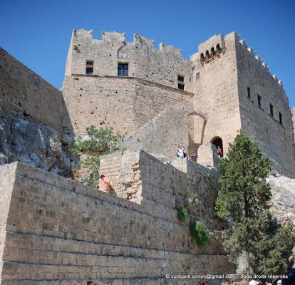 [NU901-2009-0125a] Lindos (Rhodes) : Château byzantin restauré et fortifié en 1317 par les Chevaliers de Saint-Jean (Palais du Gouverneur)