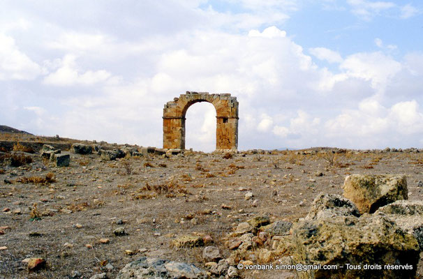 [002-1983-08] Thubursicu Numidarum : Porte dite El Gaoussa, vers le centre de la ville