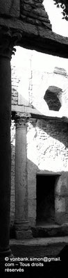 [NB009-1981-26] Bulla Regia : Maison de la chasse - Etage souterrain : Détail du péristyle orné de colonnes à chapiteaux corinthiens